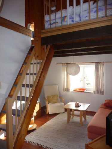Wohnzimmer mit Treppe zur Schlafempore