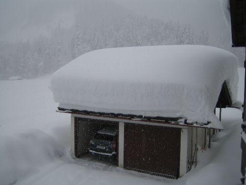 ein bißchen Schnee auf dem Garagendach !