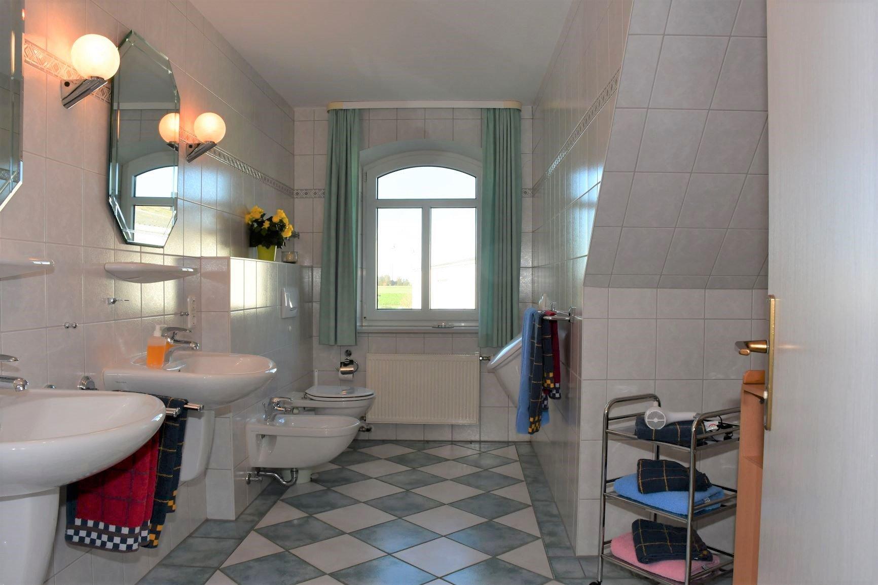 Küchenzeile und Eßtisch Grüne Wohnung