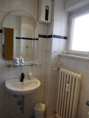 Duschbad und Toilette mit Fenster