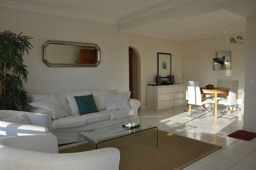 Sofa- und Essecke bei tiefer Sonne