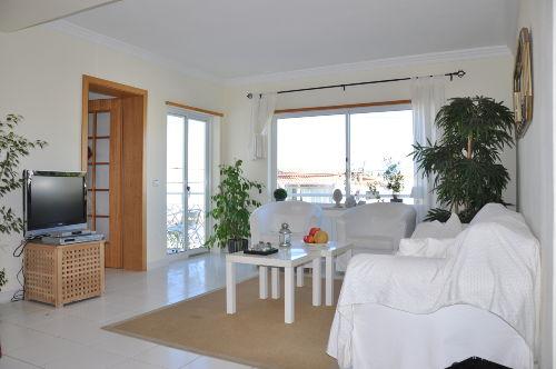 Wohnzimmer mit Flat-TV und deutschem Sat