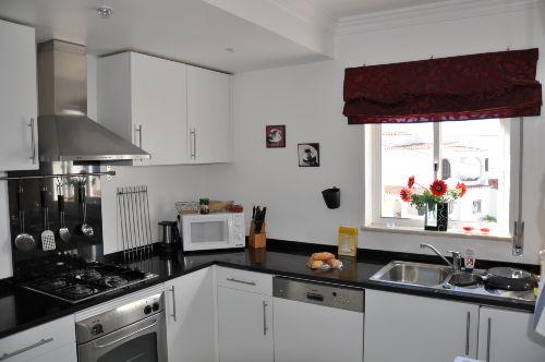 Moderne Küche mit Waschmaschine,Trockner