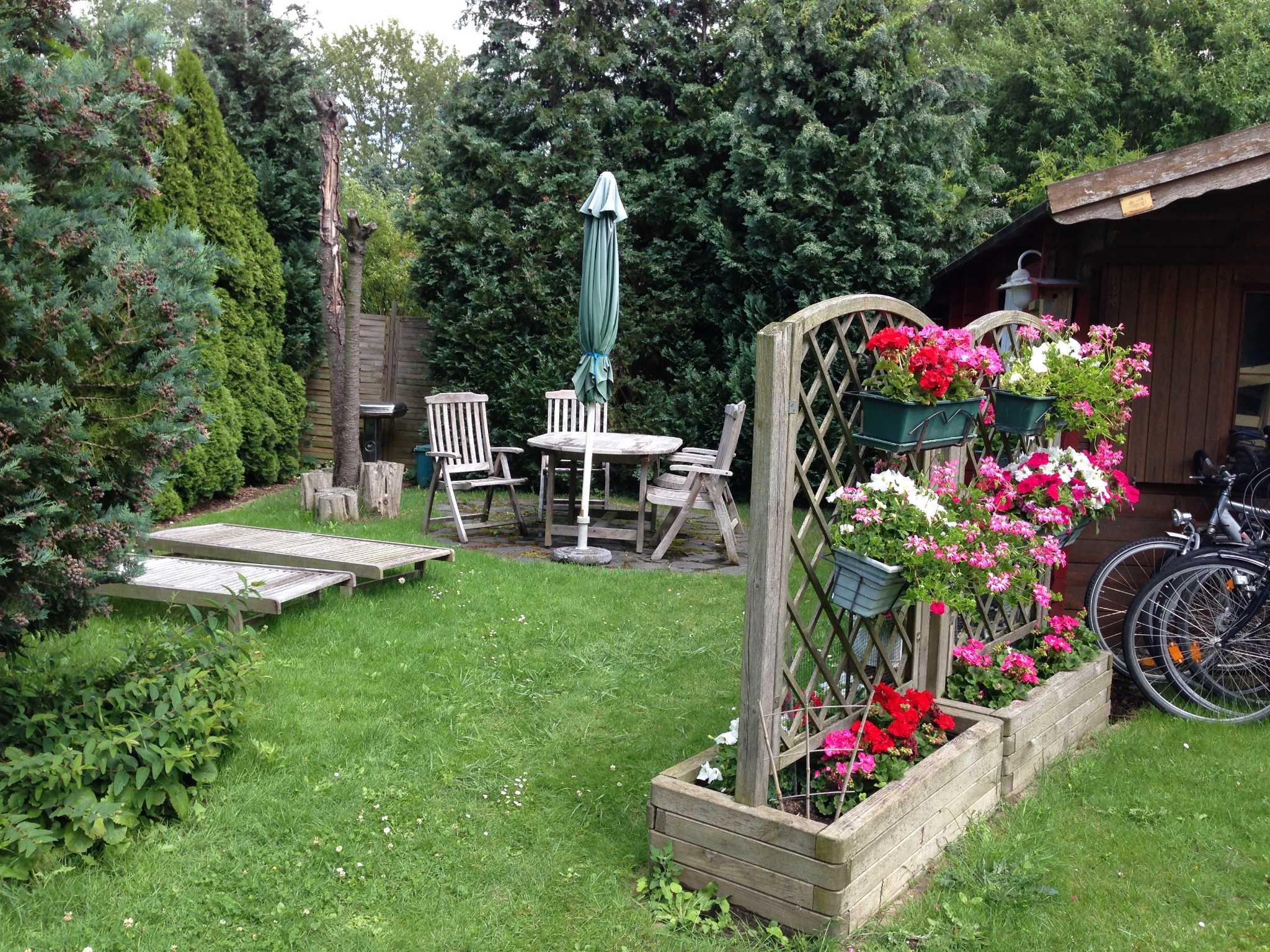 Eigene Terrasse im Garten mit Grill usw.
