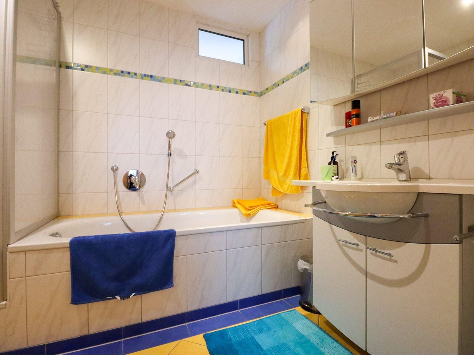 mod. Bad, mit Wanne, Dusche und Bidet