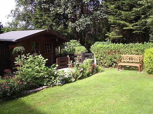 Gartenhaus und Liegewiese