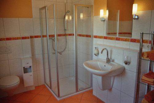 Modernes Bad mit Glasdusche im Erdgesch.