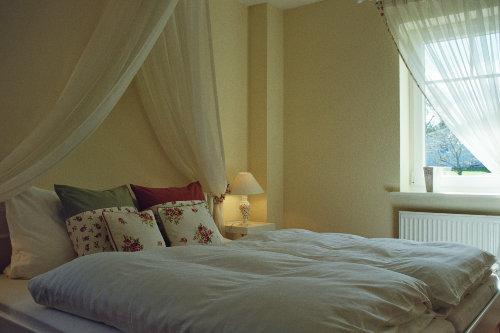 Romantisches Schlafzimmer mit Himmel