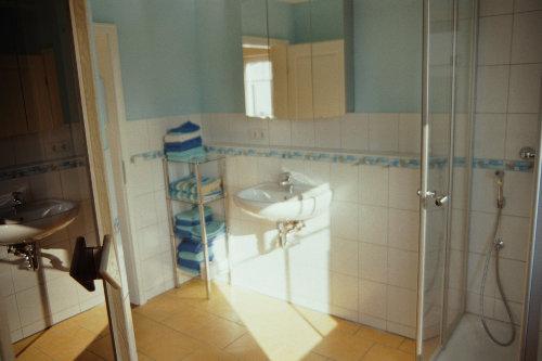Maritimes Bad mit Glasdusche und Sauna
