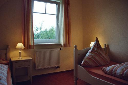 Ein Schlafzimmer mit 2 Landhausbetten