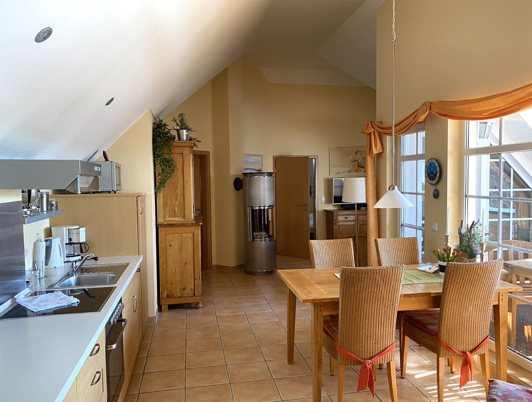 Wohnraum mit hoher Decke