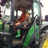 Vermieter: Der Bauer Thore mit einem Gastkind