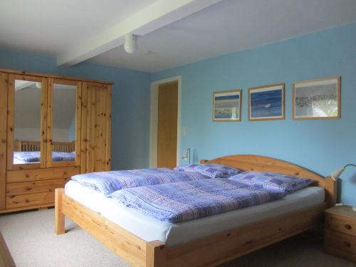 Gemütliches Schlafzimmer mit Kinderbett