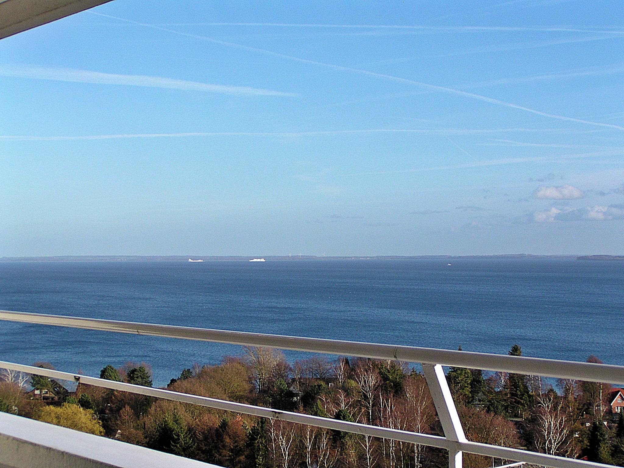 Blick auf Fahrrinne mit vielen Schiffen
