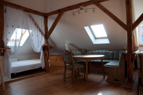 Bett (160cm breit) und Essplatz