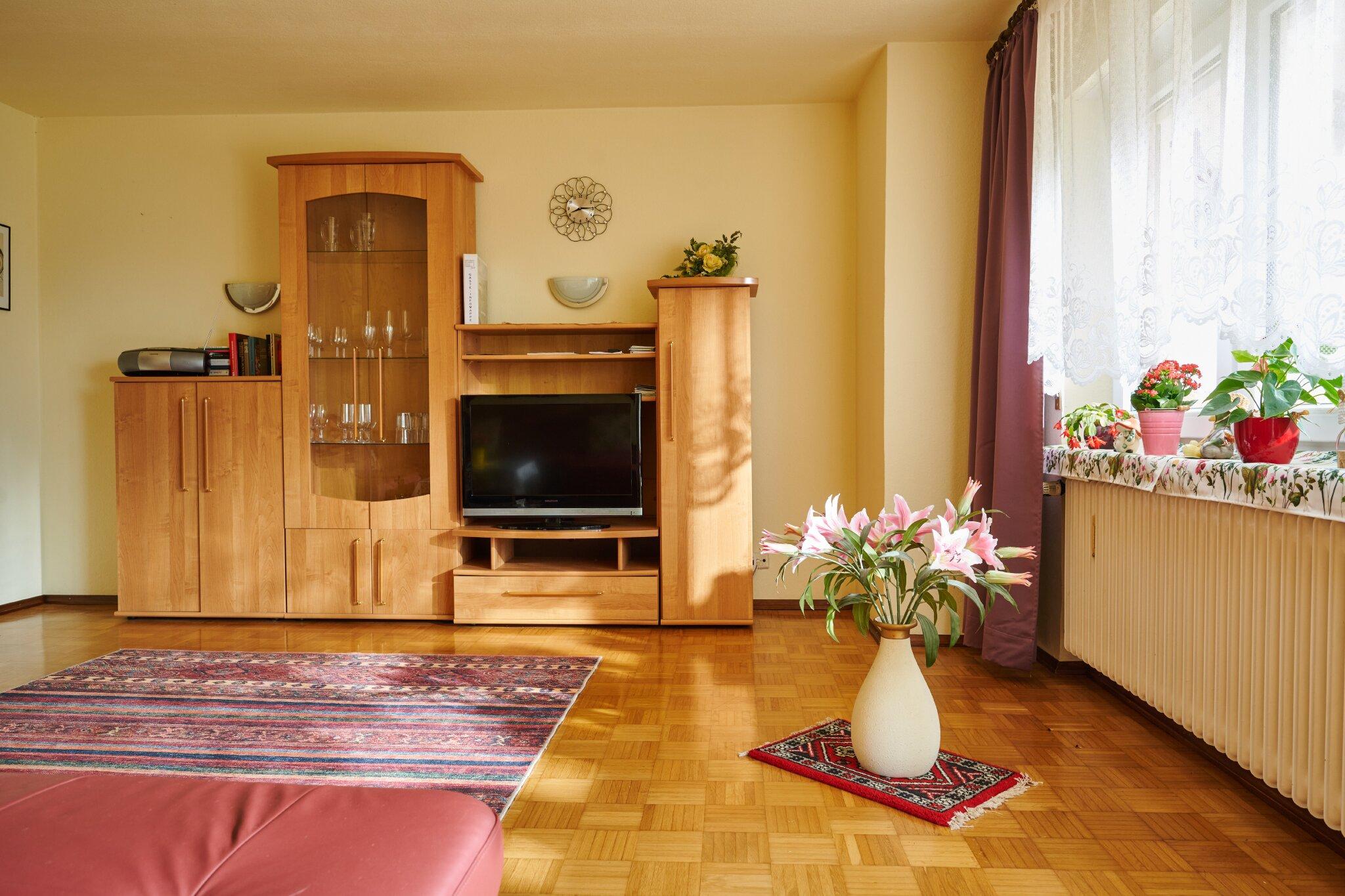 """Wohnzimmer-Teilansicht mit 32 """" TV"""
