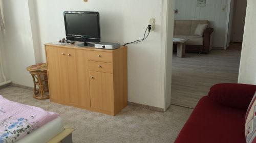 Schlafzimmerblick in den Wohnbereich