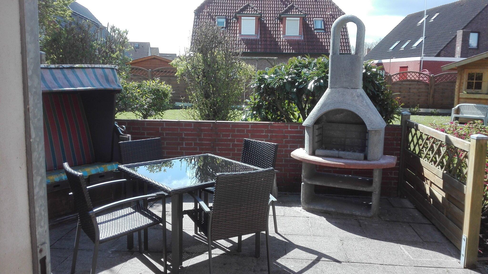 Garten mit Schaukel und Gartenhäuschen