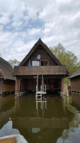 Blick vom Wasser auf das Bootshaus