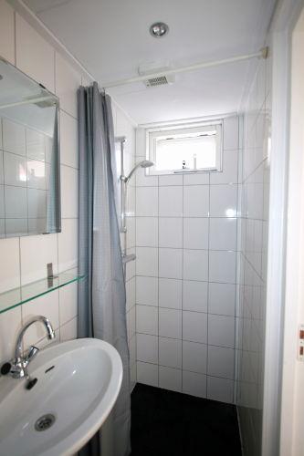 Badezimmer mit Toilette und Dusche