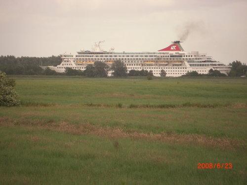 Blick über die Wiesen Schiff MS Balmoral