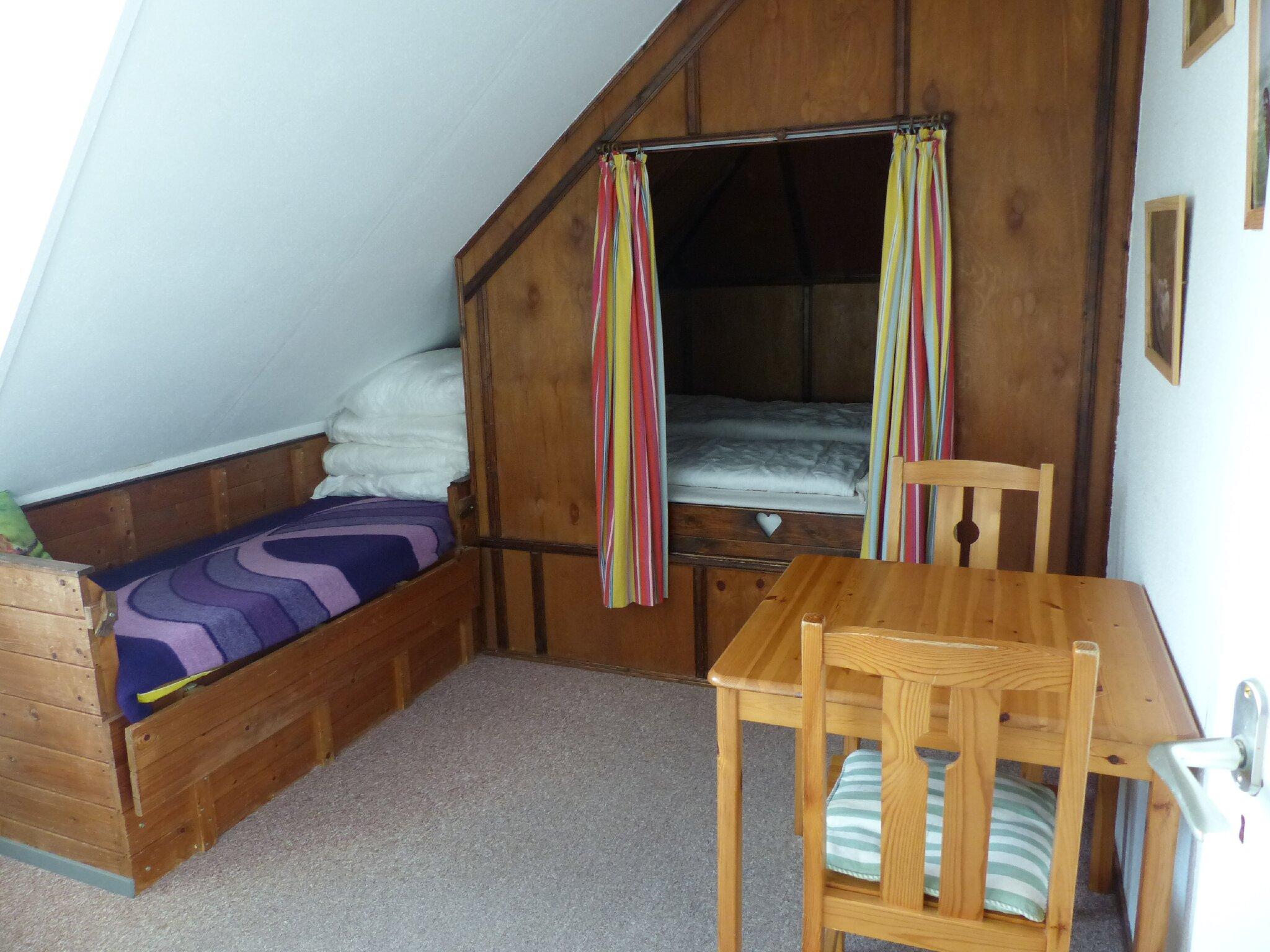 kleines Schlafzimmer oben mit Alkoven