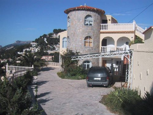 Die Villa von der Einfahrt aus