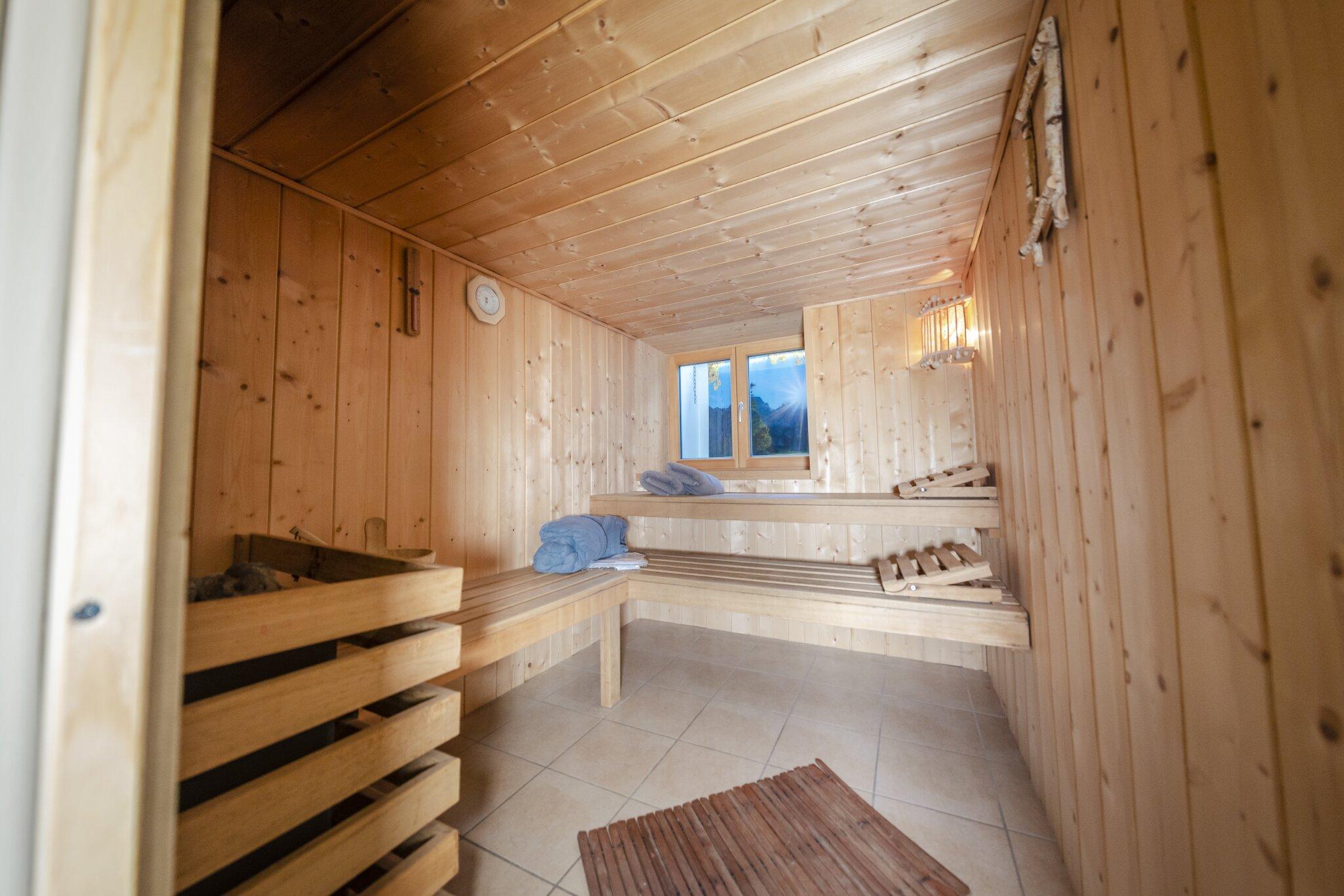 Sauna mit Wellnessdusche und Saunaöl