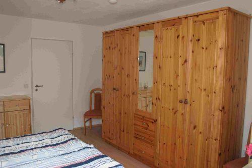 Schlafzimmer (Blick auf Schrank)