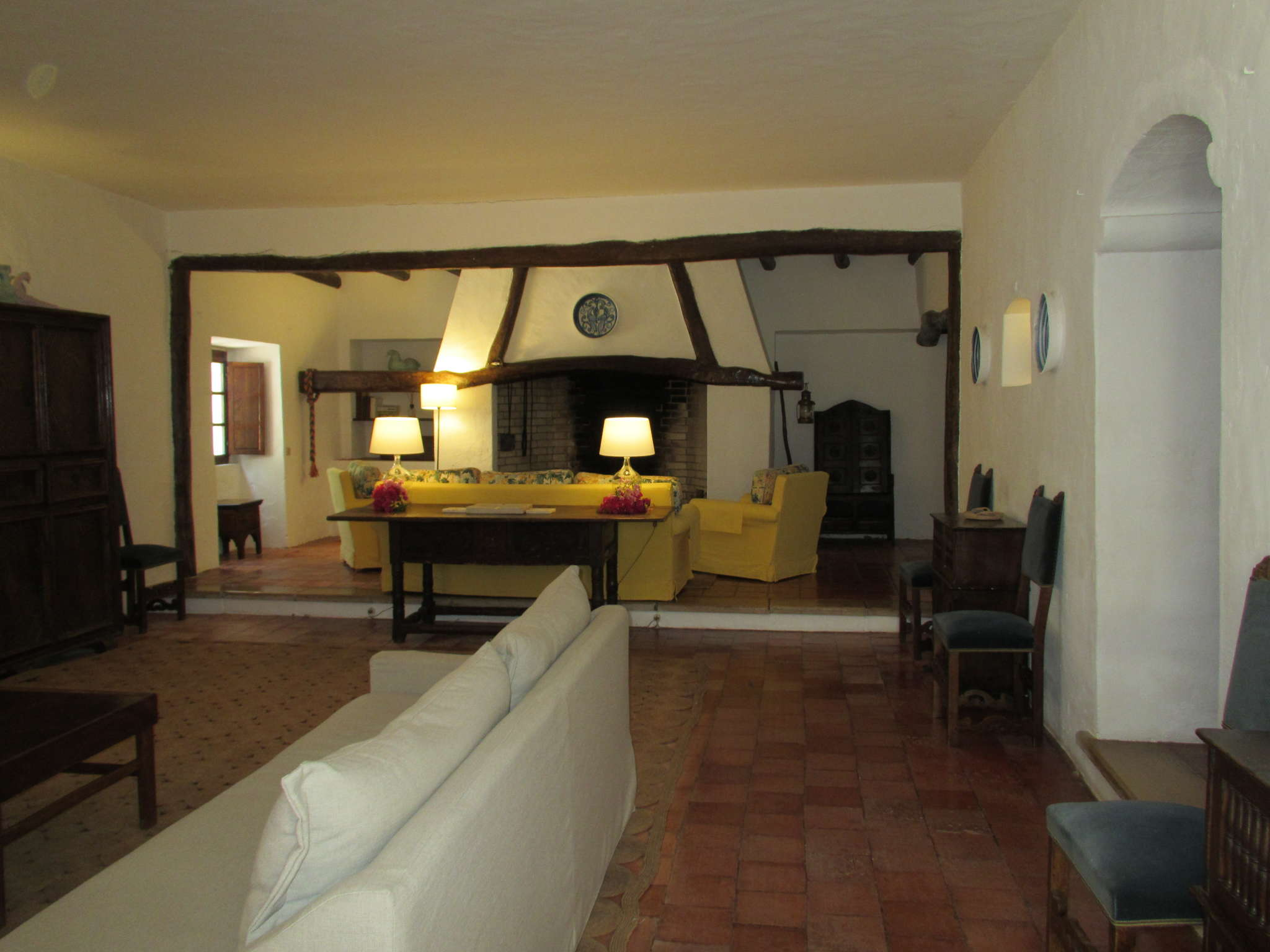 gr. Wohnzimmer mit riesen Kamin
