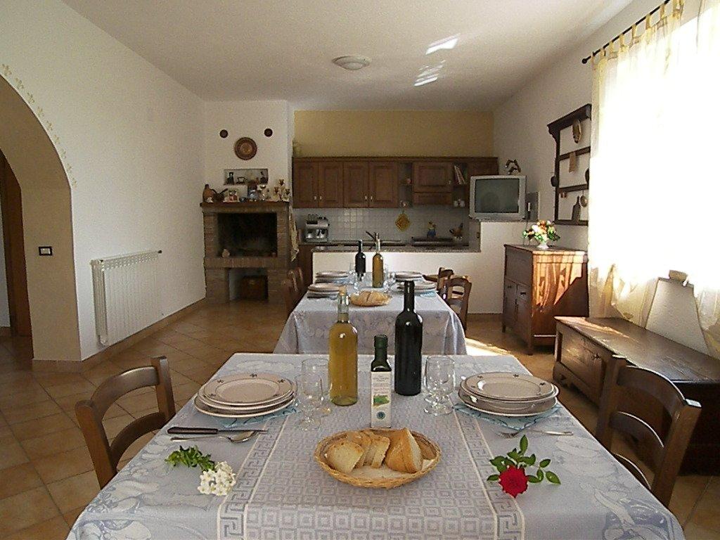 Gäste bei der Weinprobe im Weinkeller