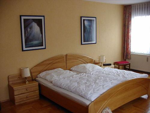 Schlafzimmer mit 3 Betten und Fernseher