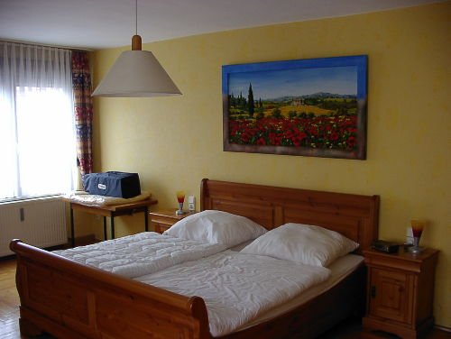 Schlafzimmer mit 3 Betten und Kinderbett