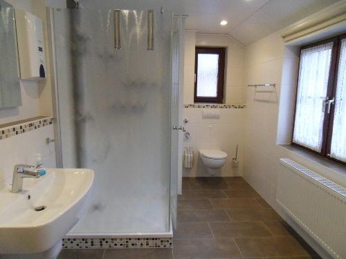 Bad mit großer Dusche und 2 Waschbecken