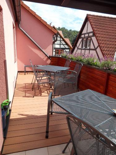 großer Balkon mit Sitzmöglichkeit