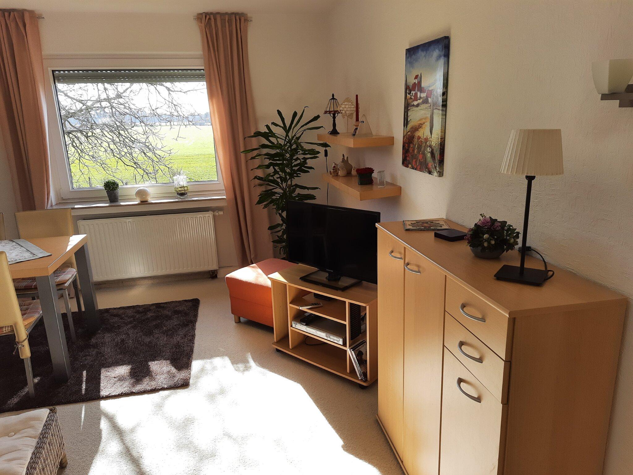 TV Ecke Fensterblick auf Felder + Wiesen