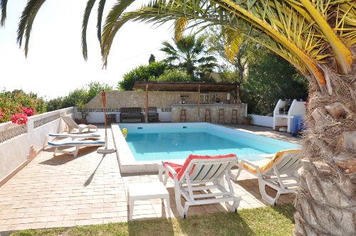 Pool und Bar von der Gartenseite