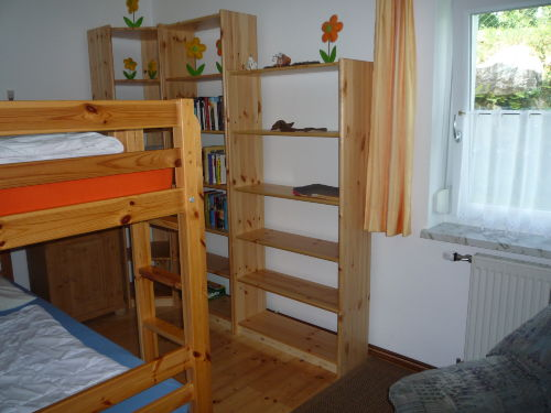Blick ins Kinderzimmer mit Stockbett