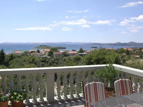 Vom Balkon aus die Ruhe genießen