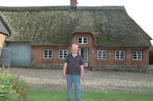 Walter Brogmus vor dem Haus Oxbüll-Nord