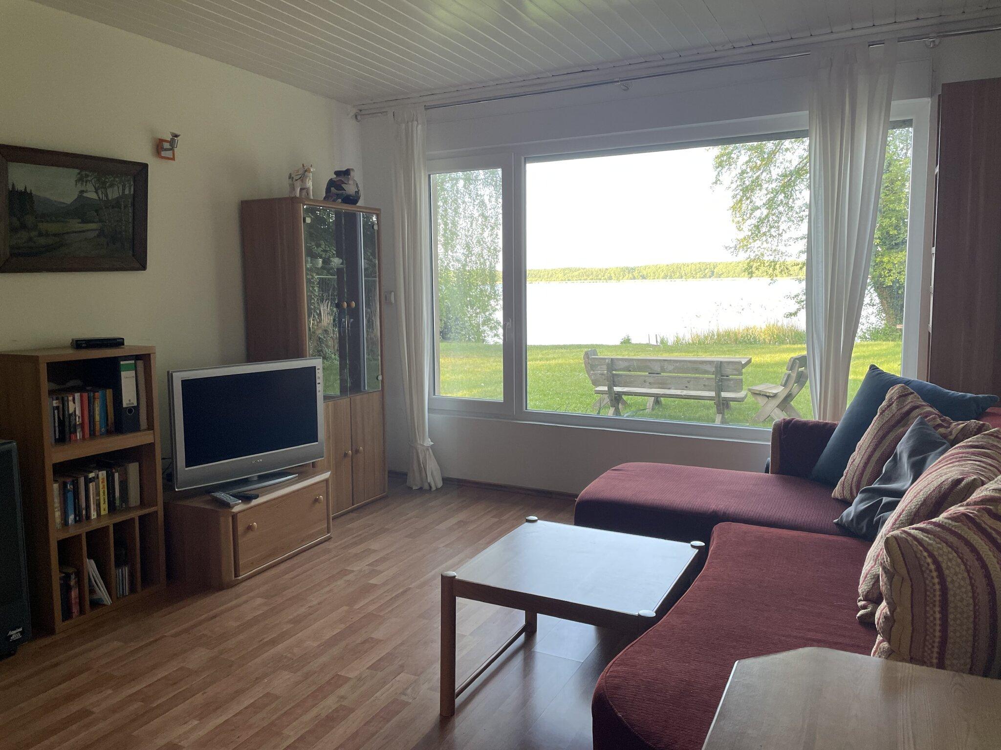 Wohnzimmer Blick Schreibtisch/Bad