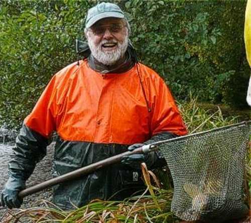 Der Vermieter Peter Kunz beim Abfischen