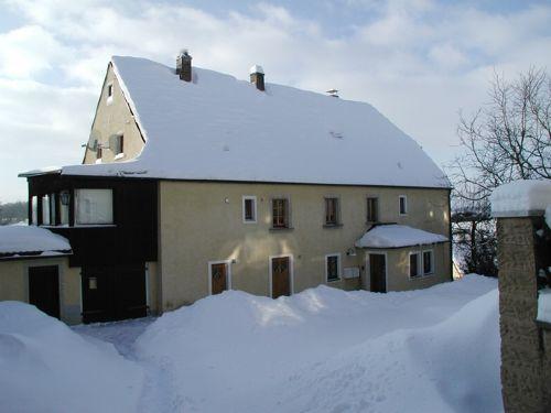 Hofansicht des Hauses im Winter