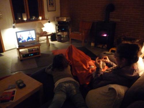 Abends gemütlich mit Fernseher und Kamin