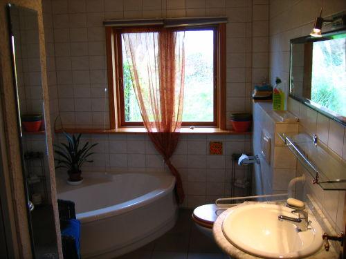 Bad mit Eckbadewanne und Duschkabine