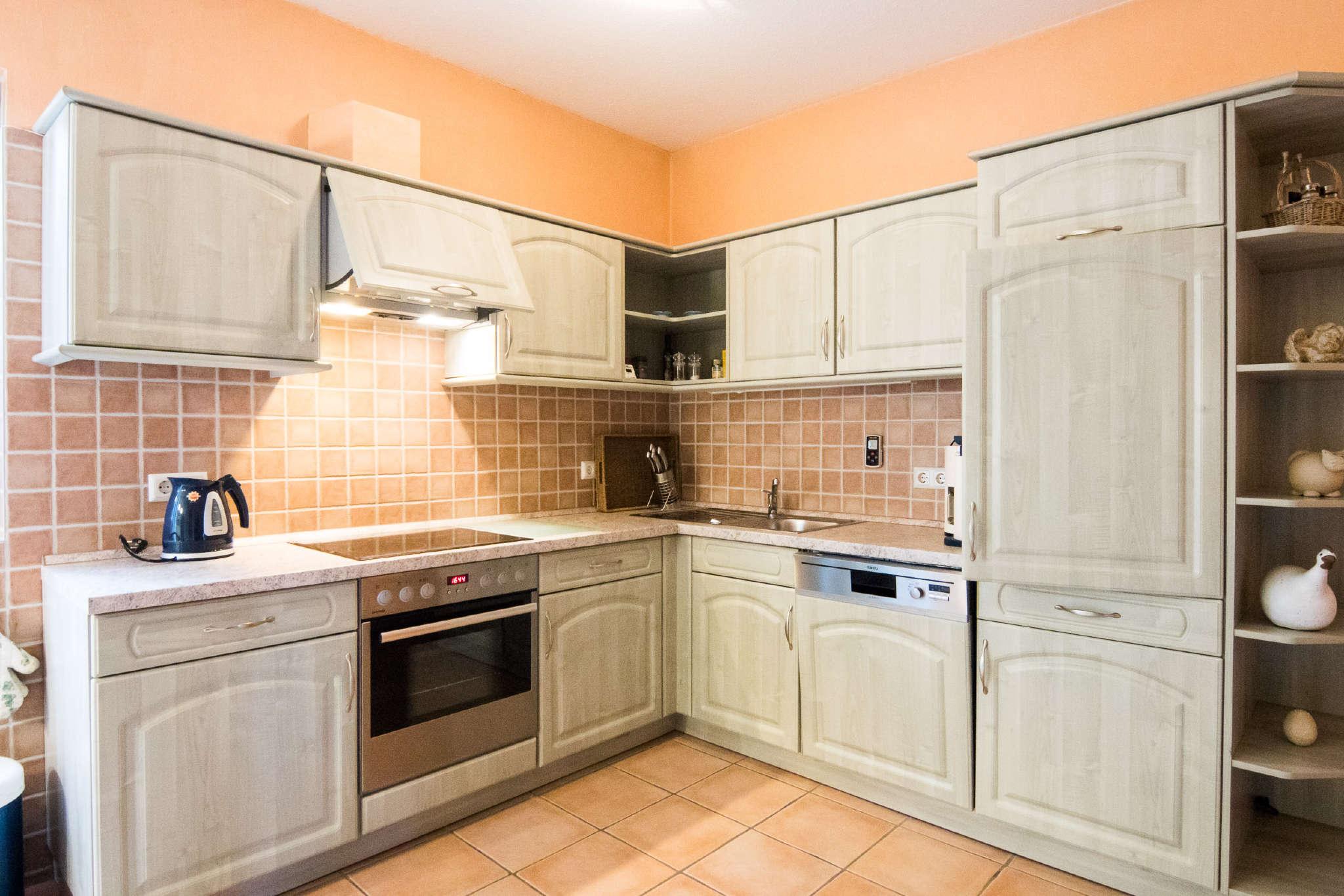 Moderne Einbauküche - voll ausgestattet!
