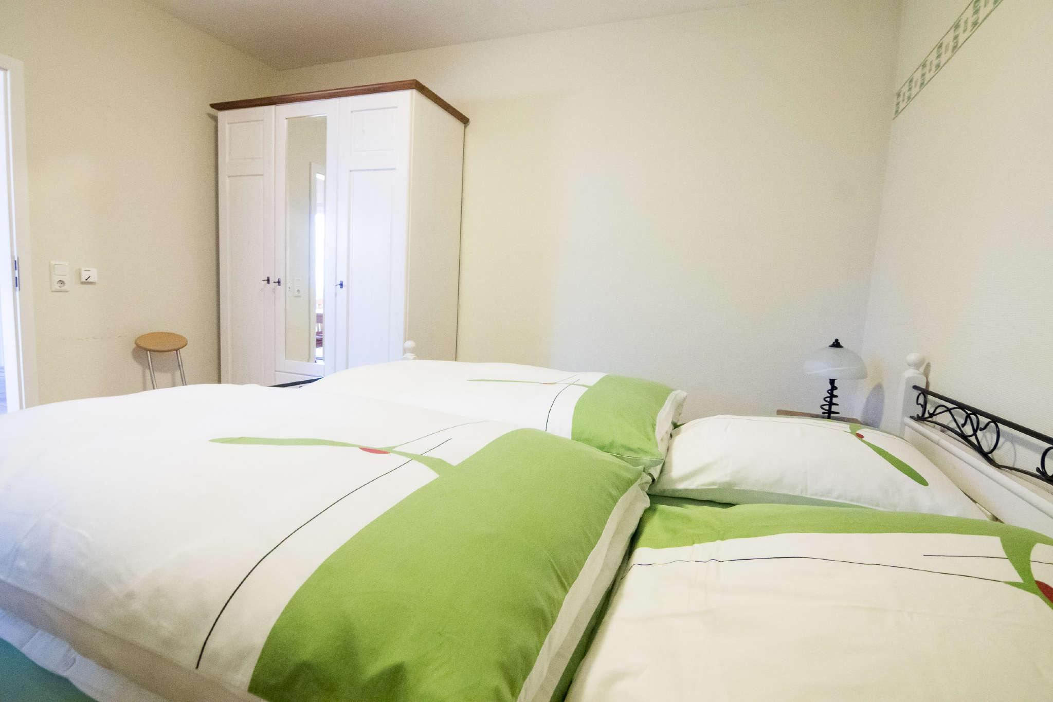 Schlafzimmer mit Doppelbett (Ansicht 1)