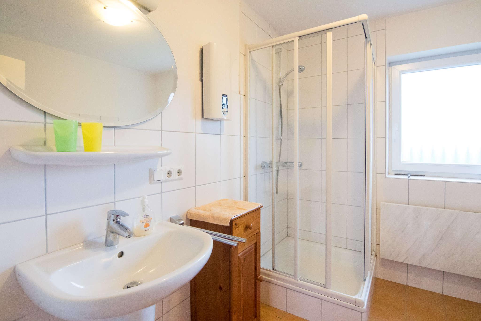 Duschbad mit Fön und Handtüchern