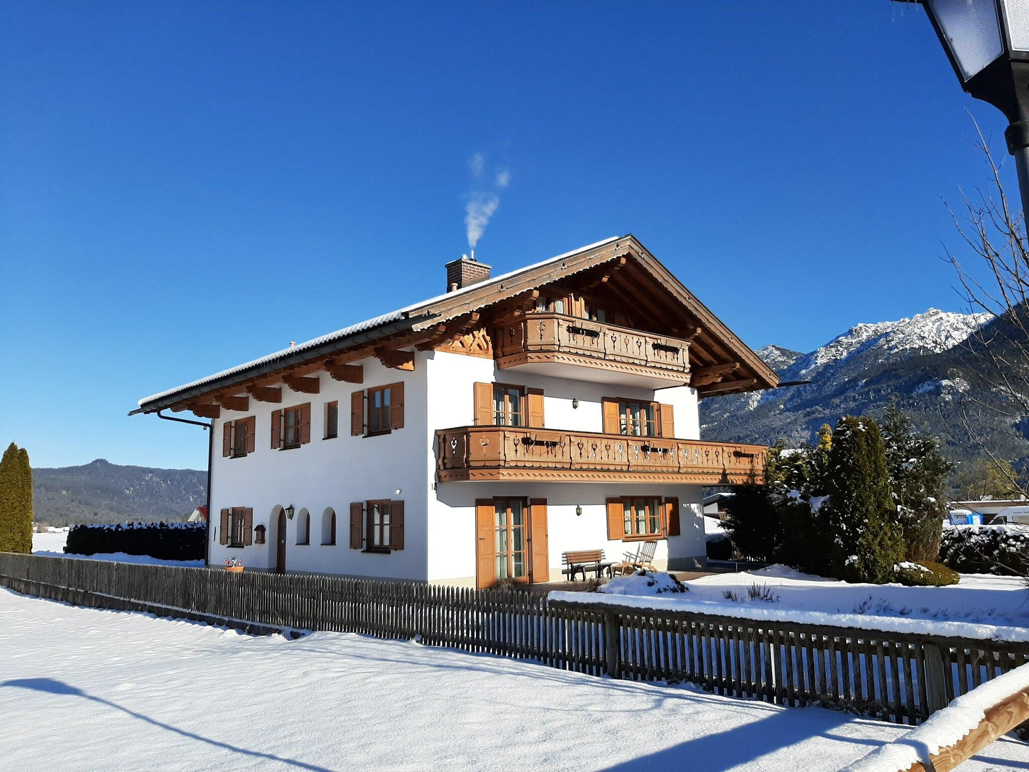 Vorderansicht Haus im Winter