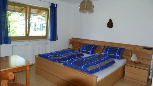 Schlafzimmer m. gro�em Kleiderschrank
